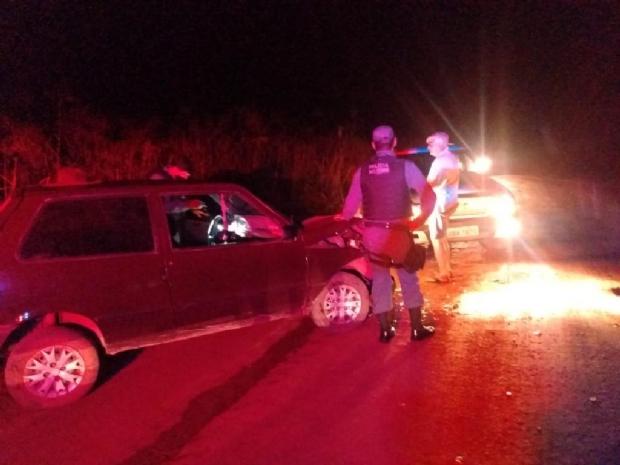 Homem embriagado é preso após bater carro e atirar contra pessoas com espingarda