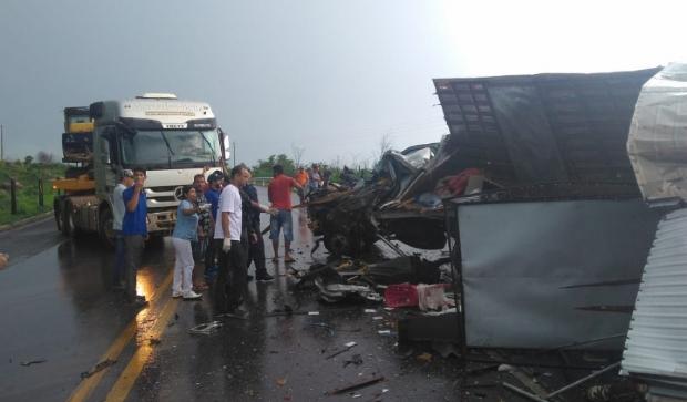 Motorista morre após colisão entre caminhões em rodovia federal
