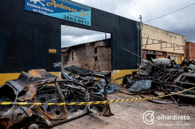 Imagens mostram situação de centro automotivo destruído por incêndio em Cuiabá;  veja galeria