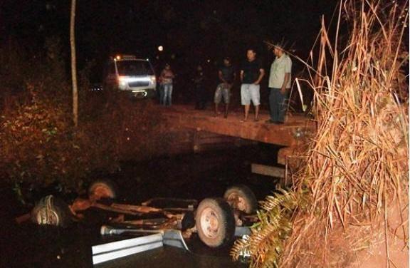 Caminhonete caiu de ponte e ficou submersa com as rodas para cima
