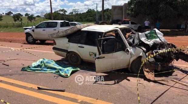 Idosa morre em acidente entre carro e caminhonete