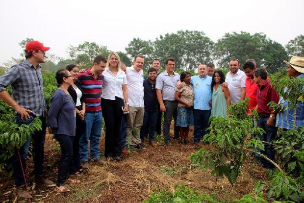 Pedro Taques com beneficiários de projetos da agricultura familiar, ladeado pelos secretários Max Russi e Suelme Fernandes, em Juína
