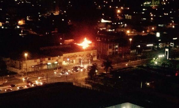 Incêndio atinge depósito das concessionárias Kia e Peugeot e danifica quatro veículos;  vídeos e fotos