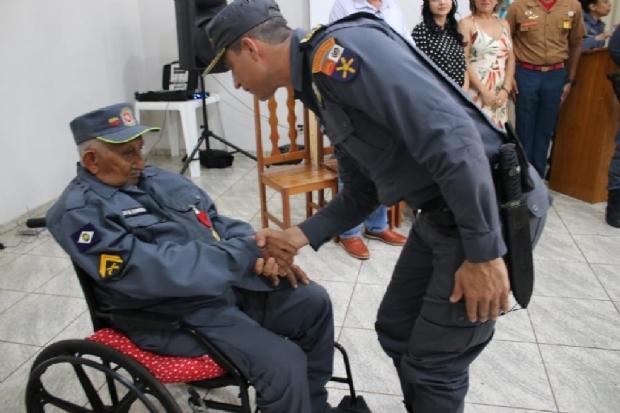 Aos 98 anos, cabo da PM  é homenageado com medalha e volta a usar fardamento