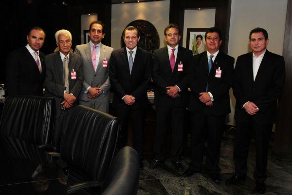 Representantes da empresa aérea boliviana Amaszonas reunidos com Silval Barbosa, em  24 de fevereiro