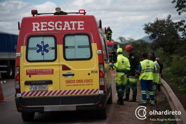 Colisão entre Celta e carreta deixa quatro feridos e um morto