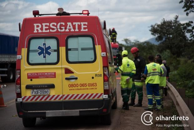 Engavetamento entre carretas e caminhonete deixa quatro pessoas presas às ferragens; um morre