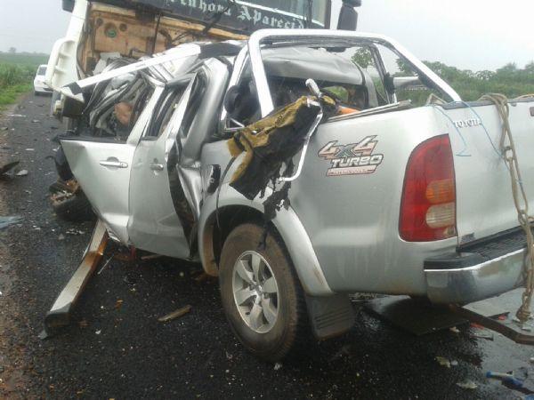 Acidente entre Hilux e Caminhão mata duas pessoas na BR-364;  fotos