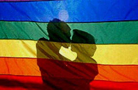 Em protesto a homofobia sofrida por jovens, estudantes fazem Beijaço