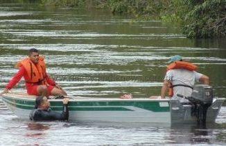 Mulher salva o filho de afogamento, mas acaba morrendo dentro do rio