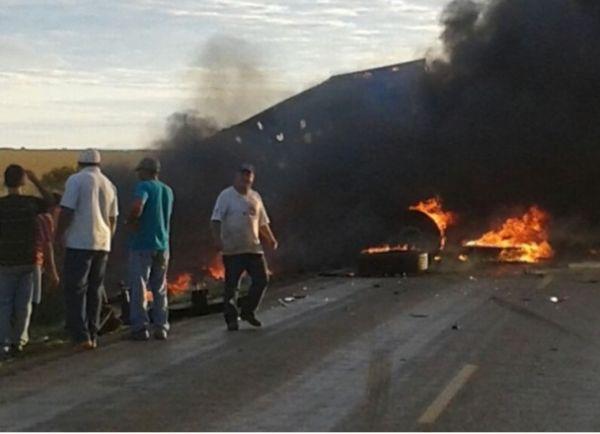 Uma das carretas invadiu a pista contrária. Com a batida, ambas pegaram fogo