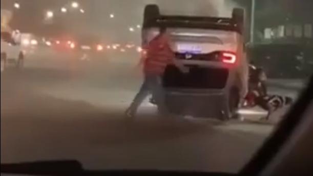 Veículo capota na Avenida do CPA e fica com as quatro rodas viradas para cima;  veja vídeos