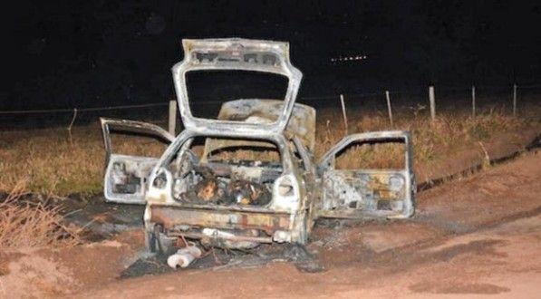 Corpos estavam no bagageiro de um Gol incendiado em estrada