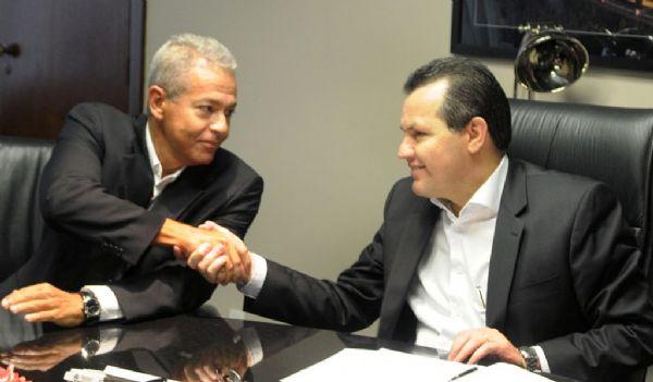 Silval Barbosa cumprimenta  o secretário de Comunicação, Carlos Rayel