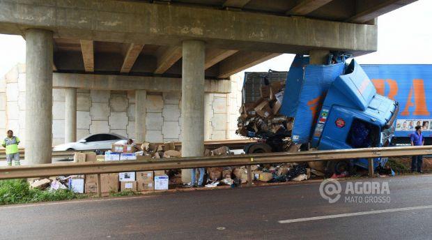 Motorista de carreta perde controle de veículo, bate em pilar de viaduto e morre