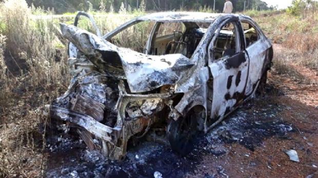 Carro de universitário pega fogo após bater em anta e sair da pista em MT