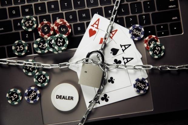Cartas de baralho e fichas de poker