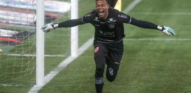 Goleiro cuiabano defende três pênaltis e converte um na eliminação do Palmeiras na Copa do Brasil