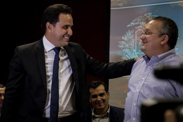 Diego Guimarães recebe os cumprimentos de Pedro Taques, após tomar posse