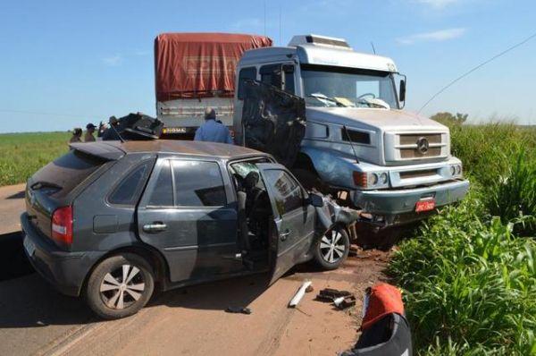 Acidente entre carro de passeio e carreta mata um e fere dois em Mato Grosso  (veja Fotos)
