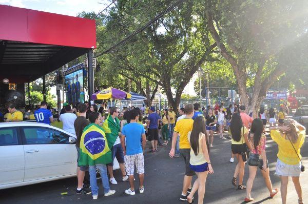 Movimento cai na Praça Popular e Choppão, mas torcedores emocionam-se com início do jogo;  Fotos!