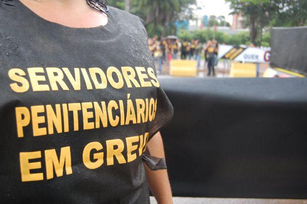 Agentes penitenciários ocupam a avenida Rubens de Mendonça no primeiro dia de greve
