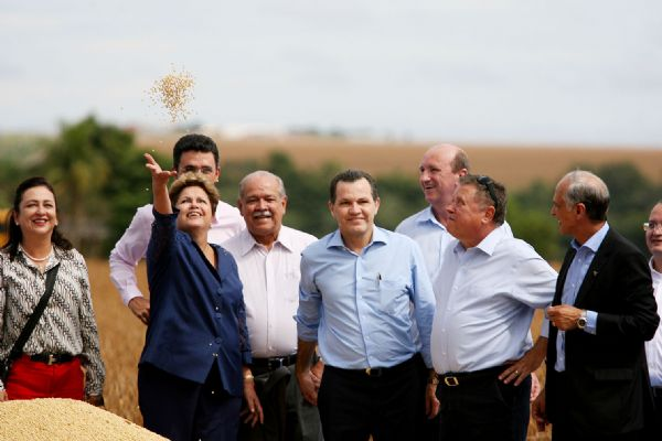 Visita de Dilma a MT teve de tudo: vaias, protestos, tietagem e veto a ônibus do MST