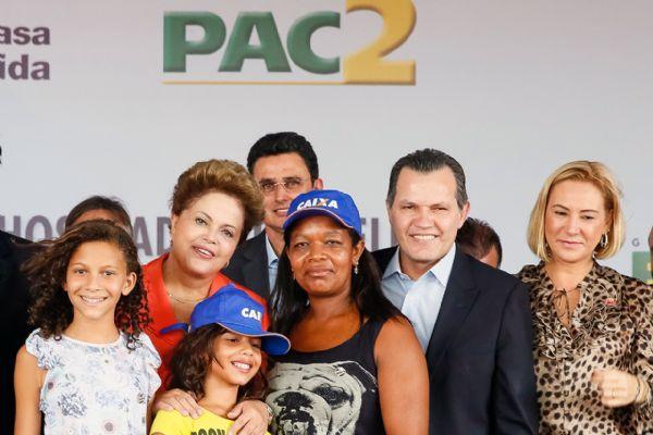 Dilma e Silval Barbosa com dona Maria Faustina dos Santos, durante a entrega 638 casas, no Residencial Altos do Parque II, em Cuiabá