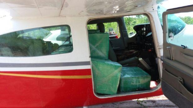 PM prende três que fugiram durante apreensão de 400 kg de drogas em avião; receberiam R$ 10 mil para enterrar