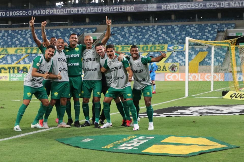 Com VAR em ação, Cuiabá vence o Atlético (GO), emenda a segunda vitória seguida e deixa zona de rebaixamento;  veja os melhores momentos