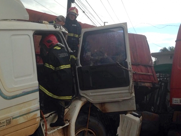 Colisão entre carretas deixa um motorista morto e outro ferido; vítima ficou presa às ferragens