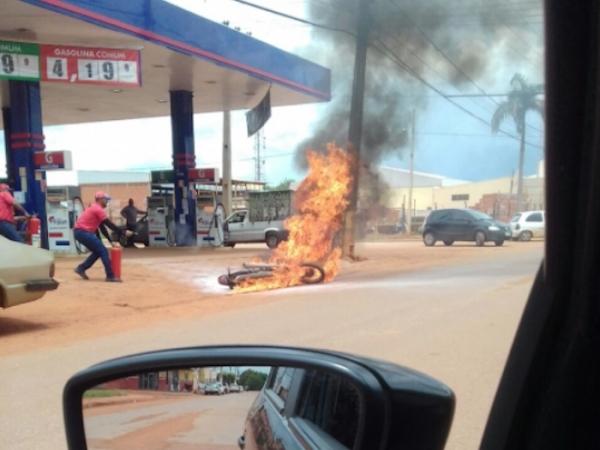 Moto pega fogo em posto de combustível em MT e chamas são controladas por bombeiros