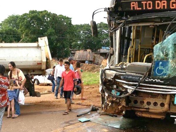 Acidente entre ônibus e caminhão deixa oito pessoas feridas;  fotos