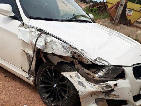 Cantor e compositor de hits do sertanejo se envolve em acidente entre BMW e caminhonete em MT