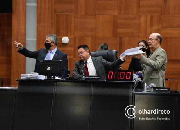 Presidente Eduardo Botelho entre os deputados Dilmar Dal Bosco e Carlos Avalone, durante sessão na AL