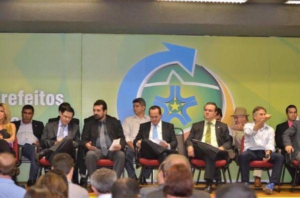 Mesmo preso na Papuda, Riva é aclamado em encontro de prefeitos como 'o grande municipalista de MT'