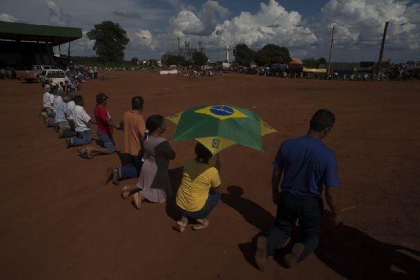 Além de faixas negras, muitos empunhavam bandeiras do Brasil, ainda depositando fé tanto na religião quanto no país cujo Estado – a ser próprio ver – acaba de lhes ultrajar com um decreto judicial de desintrusão