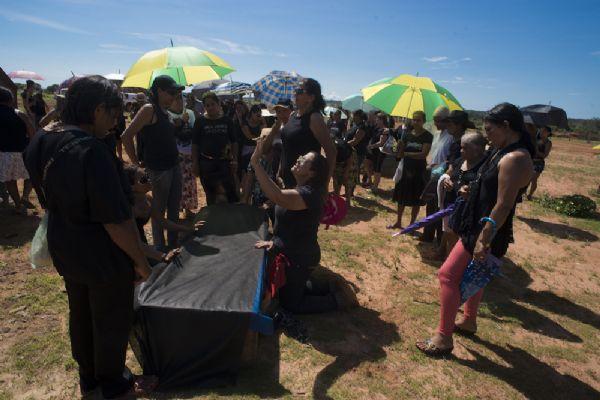 Desesperados, moradores de Suiá Missú tentam comover Dilma com protesto fúnebre  (veja fotos)
