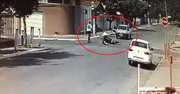 Ladrões roubam joalheria, sofrem acidente de moto e roubam carro de idoso de 73 anos; veja vídeo