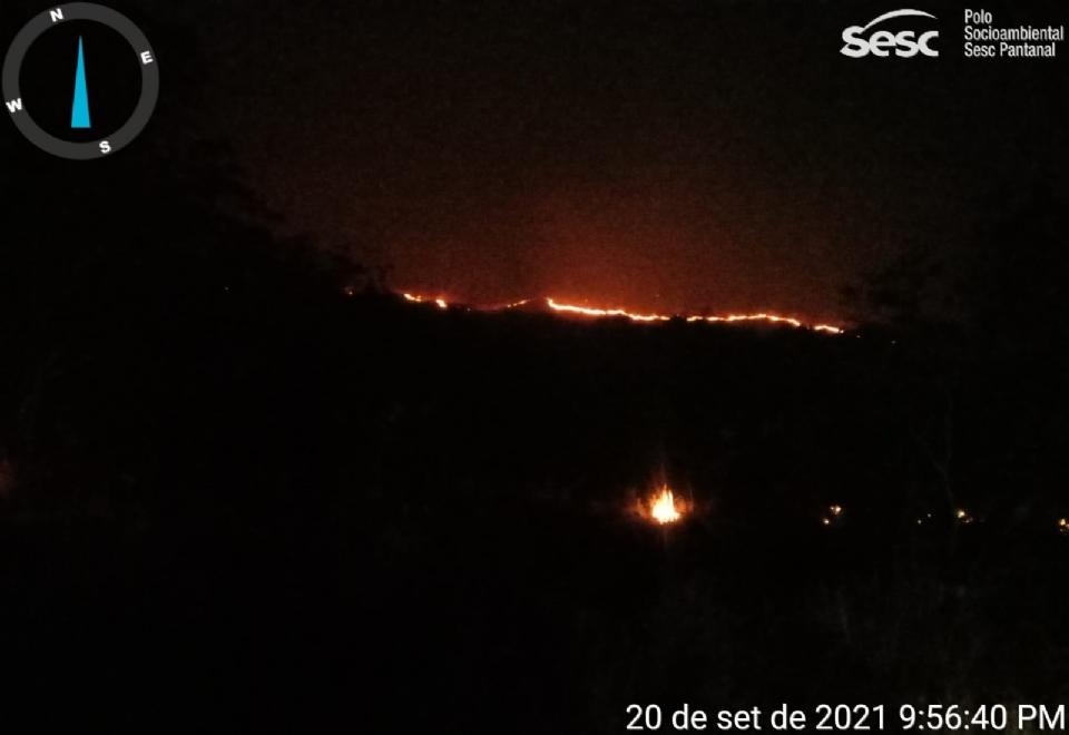 Força-tarefa combate incêndio que consome área próxima ao Parque Sesc Serra Azul