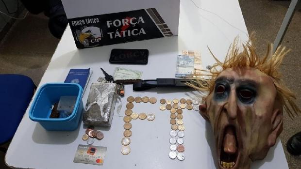 PM prende dois suspeitos por tráfico de drogas e apreende máscara de terror
