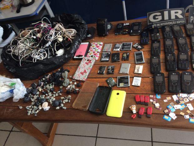 Agentes apreendem 71 aparelhos celulares e maconha no Carumbé; presos transferidos