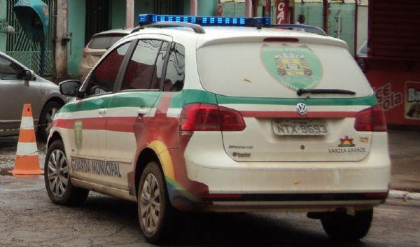 Garota de 16 anos e marido são detidos sob suspeita de espancamento de filho recém-nascido