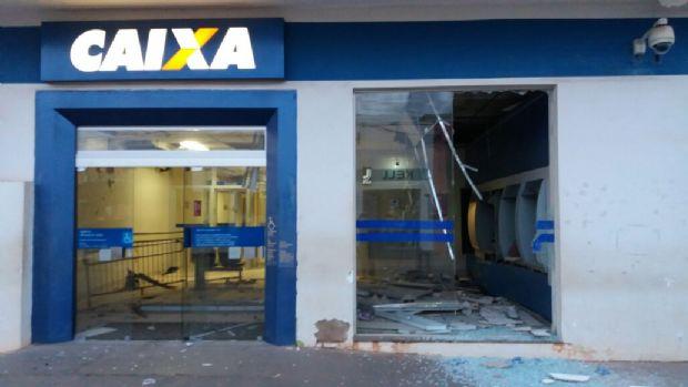Bandidos explodem e roubam caixas eletrônicos e danificam agência bancária