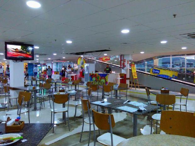 """Teto do Extra """"desaba"""" e alaga restaurantes e lojas localizadas no térreo;  veja fotos e vídeo"""