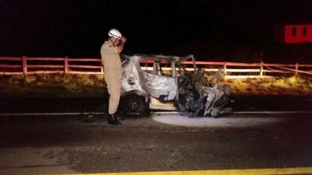 Mãe e filha morrem carbonizadas após colisão entre Pálio e caminhão