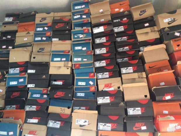 Polícia apreende 500 pares de tênis falsificados da Nike, Adidas e outros em Cuiabá; produtos serão queimados