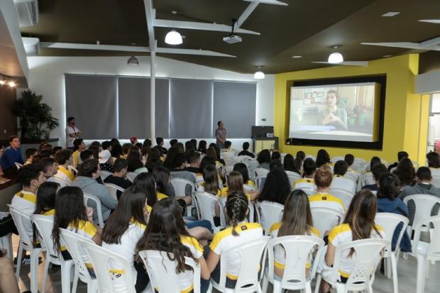 Alunos do Colégio Maxi participam de palestra contra uso de drogas na adolescência