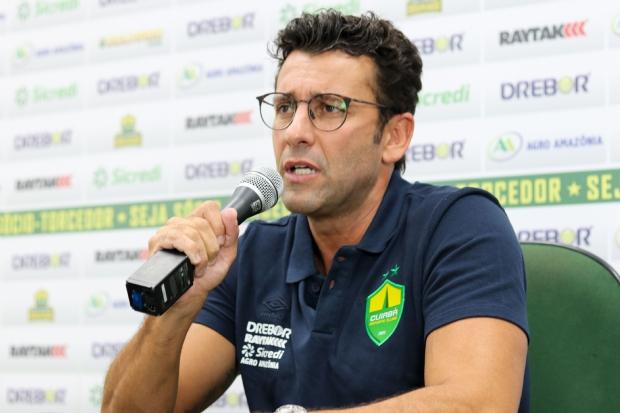 Valentim quer novos reforços, elogia organização do Cuiabá e afirma que primeiro objetivo é fugir do rebaixamento