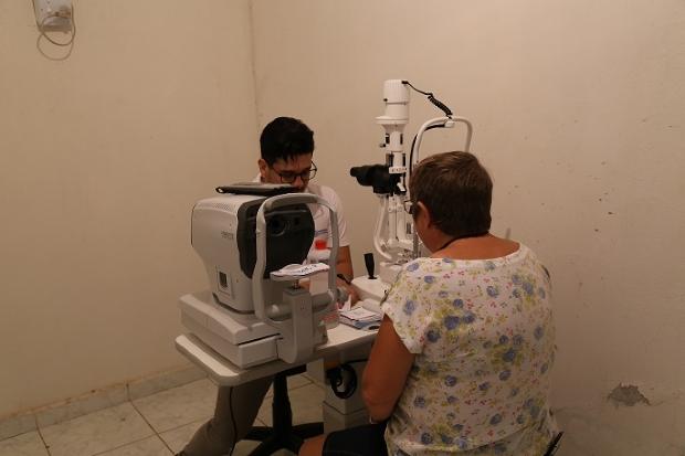 Oftalmologista realiza consultas e exames gratuitos uma vez ao mês para população carente